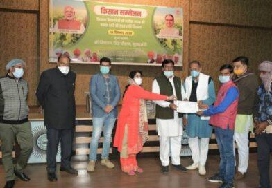 किसान सम्मेलन के दौरान ग्वालियर जिले के किसानों ने तालियाँ बजाकर किया नए कृषि कानूनों का समर्थन
