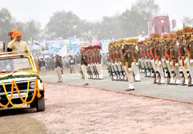 मुख्यमंत्री शिवराज सिंह चौहान ने गणतंत्र दिवस पर रीवा में ध्वज फहराकर ली परेड की सलामी