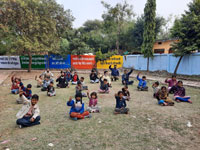श्मशान से लगी हुई झुग्गी झोपड़ियों में रहने वाले निर्धन बच्चों के लिए शुरू हुई एक अनोखी पाठशाला