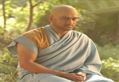 MS Dhoni New Look : एमएस धोनी का बौद्ध भिक्षु जैसे अवतार में तस्वीर हुई वायरल