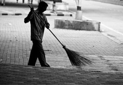बेटे के साथ पार्षद उठा रहा घरों से कूड़ा, सफाई कर्मियों के हड़ताल पर जाने के बाद खुद उठाया जिम्मा और लोग भी आए आगे