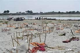 गंगा किनारे शव दफनाने से कोरोना काल में नदी प्रदूषित होने की चिंता बढ़ी, लोगों से दाह संस्कार के लिए किया जा रहा आग्रह