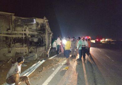 सिंध नदी पुल के पास अनियंत्रित होकर सवारियों से भरी बस पलटी,बस को शराब पीकर चला रहा था ड्राइवर, 2 घायल