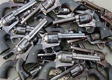 बिहार के दो भाई यूपी के मऊ में चला रहे थे मिनी गन फैक्ट्री, नौ गिरफ्तार,बड़ी संख्या में हथियार बरामद